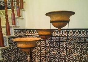 Hall recibidor con suelos de mármol y escaleras