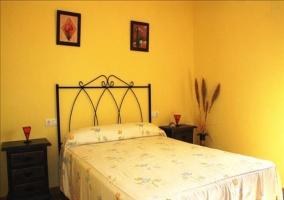 Habitación con cama de matrimonio y mesilla