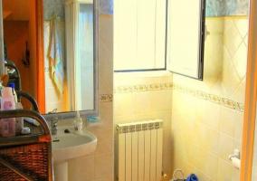 Baño con lavabo y espejo