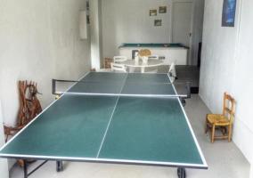 Mesa de ping pong presente en la sala de juegos de la vivienda