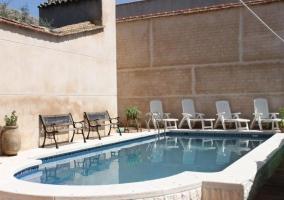 Acceso a la piscina con bancos