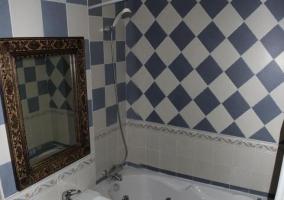 Aseo de la casa en azul y blanco con bañera