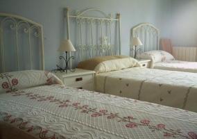 Dormitorio en tonos pastel con mesillas de noche