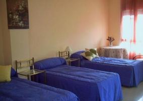 Dormitorio triple con camas individuales en azul