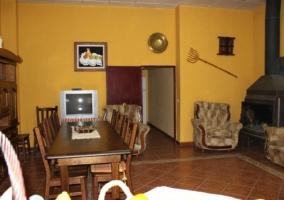 Sala de estar y comedor con chimenea y televisor