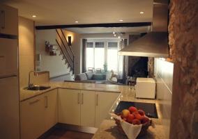 Sala con cocina de la casa rural