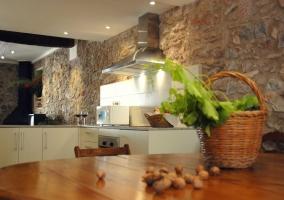 Cocina con encimera en la casa rural