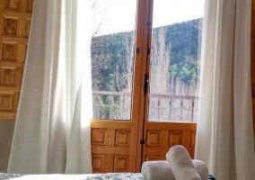 Dormitorio con balcon y juegos de toallas