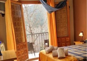 Dormitorio con colcha de cuadros