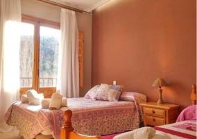 Dormitorio con detalles en tonos rosas
