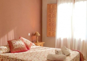 Dormitorio de matrimonio con juegos de toallas