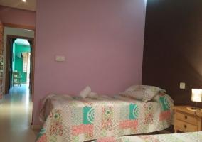 Dormitorio triple con paredes de distinto color