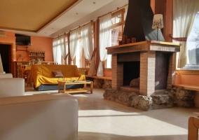 Sala de estar con su chimenea presidiendo