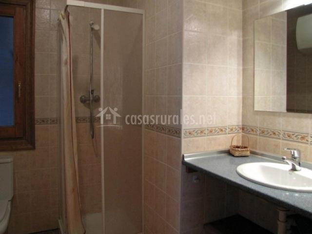 Casa txapatera b en isaba navarra for Aseo con ducha pequeno