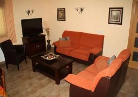 Vista de los sofás y la televisión