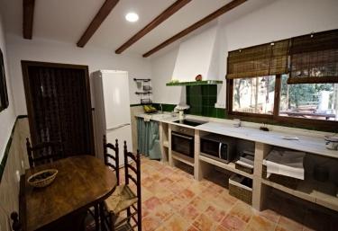 Cocina con campana extractora y mesa comedor