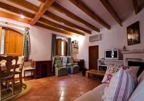 Dormitorios muy amplios con mobiliario en madera y camas individuales