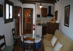 Sala de estar con chimenea y sofá
