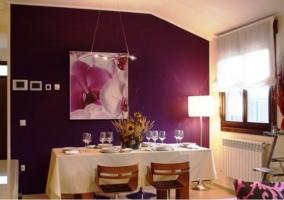 Sala de estar y comedor con tonos morados