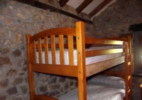 Con camas individuales y mesilla divisora