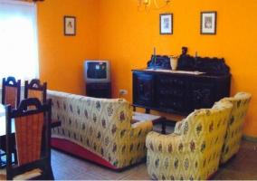 Sala de estar con mueble restaurado