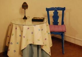 Sala de estar y comedor con chimenea