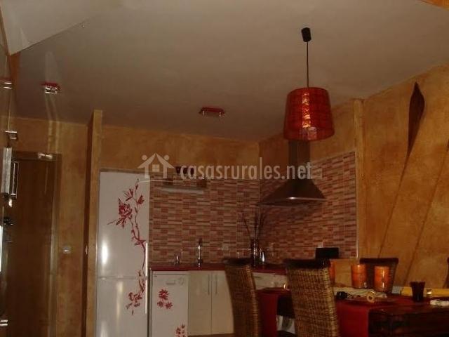 Cocina y comedor comunicados con paredes de estuco