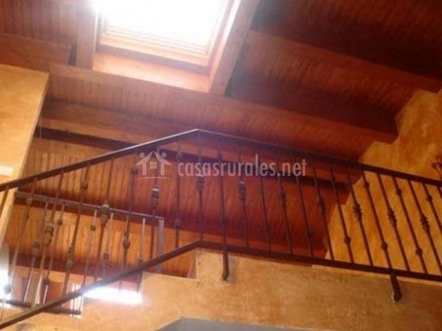 Dormitorio con techos de madera