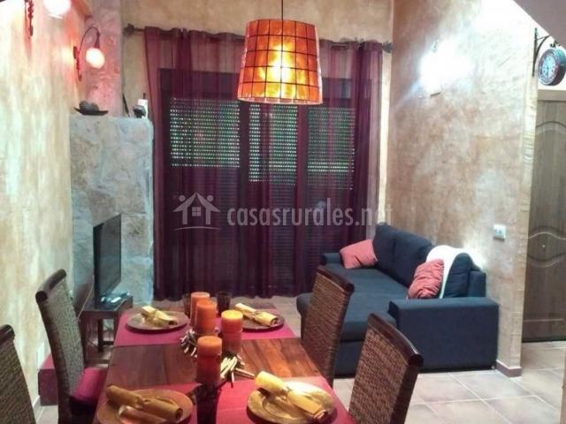 Sala de estar y comedor comunicados con mesa puesta