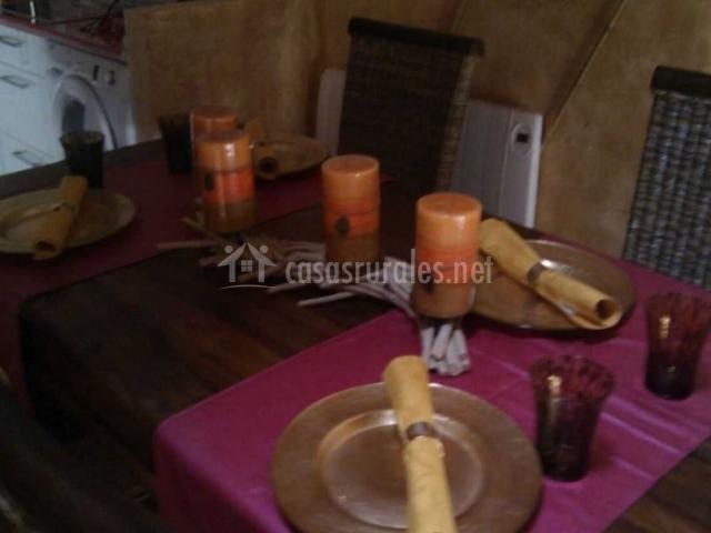 Sala de estar y comedor con mesa puesta