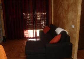Sala de estar y comedor con chimenea en piedra