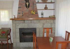 Sala de estar con chimenea en el centro