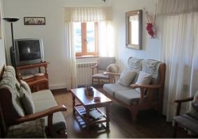 Sala de estar con chimenea y mesa para comer