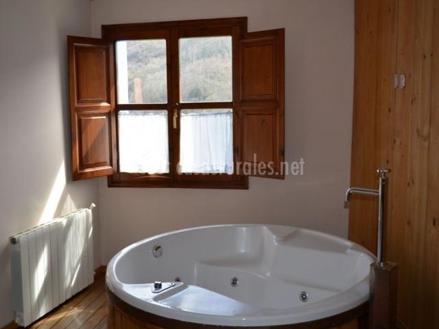 dormitorio de matrimonio con jacuzzi redondo