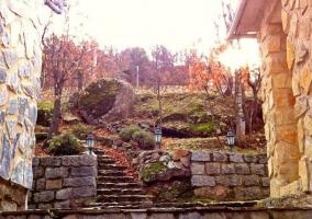 Acceso por las escaleras de piedra a las casas