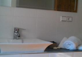 Aseo moderno en color blanco y con toallas
