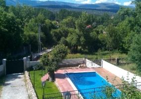 Vistas de la piscina rodeada de cesped
