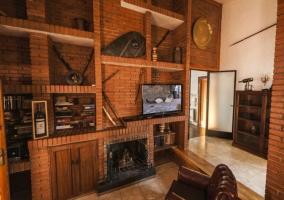 Zona de estar con televisión y chimenea