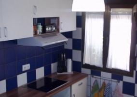 Cocina de la casa con mesa funcional