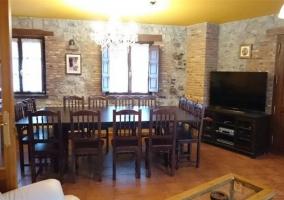 Sala de estar con comedor y mesa al lado de la chimenea