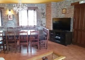 Sala de estar con comedor y mesa amplia de madera