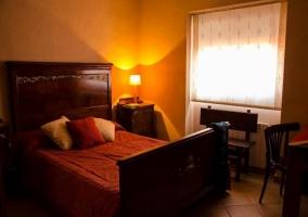 Dormitorio elegante de matrimonio con cabecero de madera