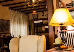 Sala de estar con mobiliario de madera