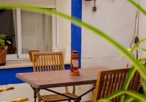 Vistas del patio interior con mesa de madera