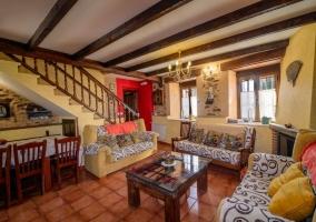 Sala de estar con escalera de madera