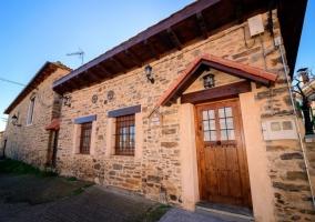 Acceso a la vivienda con puerta de madera