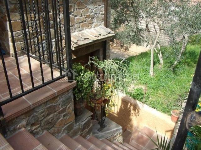 Vistas de la fachada con escaleras a las zonas verdes