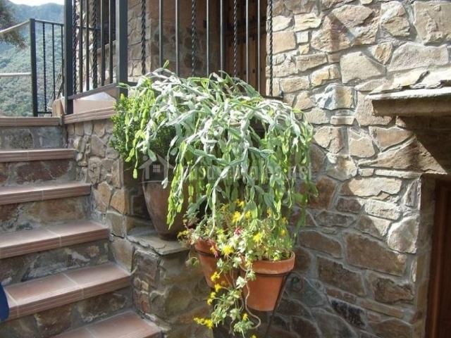 Vistas de la fachada con escaleras