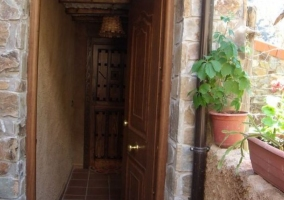 Vistas del acceso con puerta de madera