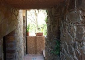 Vistas del patio y la fachada de piedra